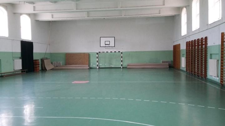 Turnhalle, Betonboden, Teppichbeläge als Matten. Man schätzt wieder die Ausstattung zu Hause.