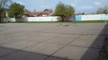 Der Fußballplatz, entspricht nicht ganz unserer Norm.