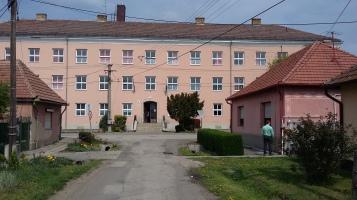 Ein altes Gebäude, ein ehemaliges Gymnasium. Fenster und Heizung werden erneuert, die Einrichtung ist uralt.