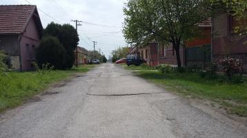 So sehen die Seitenstraßen aus, schlechter Belag, keine Gehsteig, ein dichtes Stromnetz.